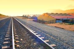 Il treno segue il Rowdy Rosa del nearThe fotografie stock libere da diritti
