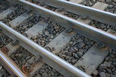 Il treno segue il verticale immagini stock