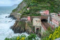 Il treno segue la costa italiana fotografia stock