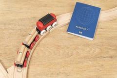 Il treno si gira verso il passaporto immagini stock