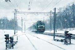 Il treno si muove attraverso neve Immagine Stock