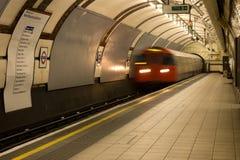 Il treno sotterraneo entra nella stazione della sosta dei reggenti immagine stock