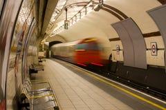 Il treno sotterraneo lascia a reggenti la stazione della sosta fotografia stock libera da diritti