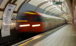 Il treno sotterraneo lascia a reggenti la stazione della sosta fotografia stock