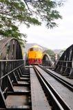 Il treno sta lavorando al ponticello sopra il fiume Kwai Fotografia Stock
