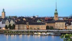Il treno sta passando i precedenti dell'orizzonte della città a Stoccolma archivi video