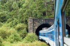 Il treno sulla ferrovia del Circum-Baikal, Russia Fotografie Stock Libere da Diritti