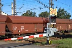 Il treno supera il passaggio a livello Fotografie Stock Libere da Diritti