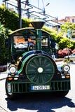 Il treno turistico in Camara de Lobos un paesino di pescatori vicino alla città di Funchal ed ha alcune di più alte scogliere nel Fotografia Stock