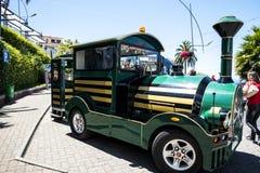 Il treno turistico in Camara de Lobos un paesino di pescatori vicino alla città di Funchal ed ha alcune di più alte scogliere nel Immagini Stock Libere da Diritti