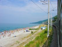 Il treno va dal mare, una spiaggia, la gente Fotografia Stock Libera da Diritti