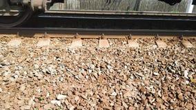 Il treno va sulle rotaie Primo piano Ferrovia stock footage