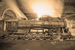 Il treno a vapore arriva alla stazione alla notte Fotografie Stock Libere da Diritti