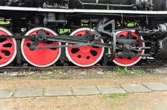 Il treno a vapore spinge dentro il colore rosso fotografia stock