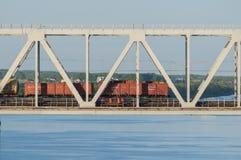 Il treno viaggia ponte sopra il fiume di estate fotografia stock libera da diritti