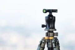Il treppiede e la palla di macchina fotografica si dirigono con il cielo della sfuocatura nel fondo Fotografia Stock
