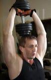 Il triceps di addestramento appesantisce il dumbbell Fotografie Stock Libere da Diritti