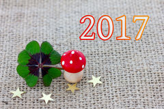 Il trifoglio fortunato, un fungo della mosca e le stelle si trovano su tessuto Fotografie Stock