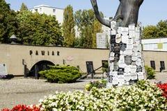Il tronco di albero fatto di bronzo, epitaffio firma su  Fotografia Stock Libera da Diritti