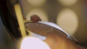 Il truccatore che abbassa la spazzola dentro arrossisce, stendendo il trucco su modello, sfilata di moda video d archivio