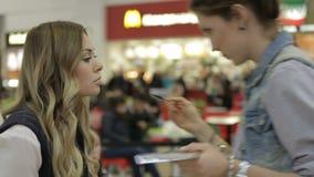 Il truccatore dipinge le labbra della ragazza all'evento speciale archivi video