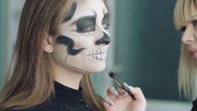 Il truccatore fa l'immagine di Halloween della ragazza video d archivio