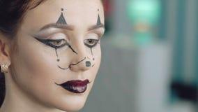 Il truccatore fa l'immagine di Halloween della ragazza del topo archivi video