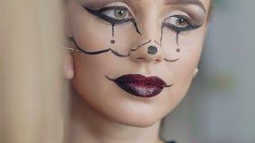 Il truccatore fa l'immagine di Halloween della ragazza del topo video d archivio