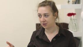 Il truccatore professionista insegna alle tecniche di trucco sull'ai masterclass Una donna bionda con i grandi occhi con video d archivio