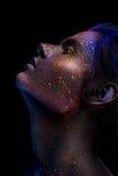 Il trucco al neon d'ardore con lo sguardo drammatico nel suo osserva Fotografie Stock Libere da Diritti
