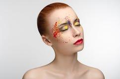 Il trucco ha colorato la pittura sulla ragazza di bellezza degli occhi Fotografie Stock Libere da Diritti
