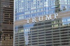 ЧИКАГО, IL, США - 17-ое августа 2015: Закройте вверх международного отеля козыря & Trump знак башни, названный после Дональд Трам Стоковые Изображения RF