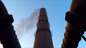 Il tubo da cui va il fumo Sbocco del gas collegato ad un tubo stock footage
