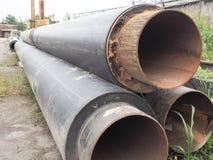 Il tubo del metallo Ampi tubi del metallo del grande diametro coperti di strato di gomma nera Fotografia Stock Libera da Diritti