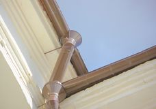 Il tubo del metallo dalla pioggia e neve dal tetto della configurazione Fotografie Stock