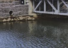 Il tubo di scarico accanto al ponte 3081 fotografie stock libere da diritti