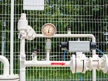 Il tubo e la valvola del gas naturale nell'appartamento con pressione cronometrano fotografie stock