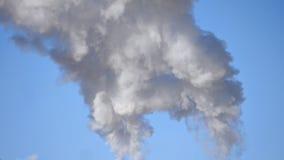 Il tubo industriale fuma il fondo del cielo blu archivi video