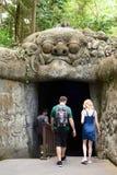Il tunnel all'entrata principale Villaggio di Padangtegal della foresta della scimmia Ubud bali l'indonesia immagini stock