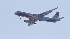 Il Tupolev TOT-204-100V/E, rosso dell'aereo di linea traversa le linee aeree volando, fotografia stock