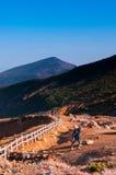 Il turista è trekking sul sentiero didattico in cima al supporto Zao, Yamagat Immagine Stock