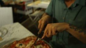 Il turista affamato felice infine ha ottenuto la sua pizza ed ammirare il suo odore prima del cibo video d archivio