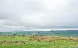 Il turista ammira la Rolling Hills del Yorkshire immagine stock libera da diritti