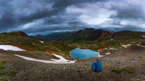 Il turista ammira la vista dal passaggio di uragano verso il lago Como e P Fotografie Stock Libere da Diritti