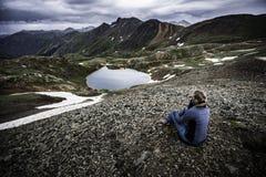 Il turista ammira la vista dal passaggio di uragano verso il lago Como e P Immagini Stock Libere da Diritti