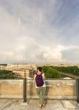 Il turista ammira la vista di Roma Immagine Stock