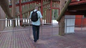 Il turista attraversa il recinto dell'uscita stock footage