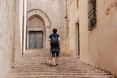 Il turista cammina nella vecchia città Fotografie Stock