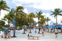 Il turista che gode della vita quadra a volte in Myers Beach forte, Florida, U.S.A. Fotografie Stock Libere da Diritti