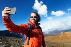 Il turista che prende una foto se stesso in cratere del vulcano di Haleakala sulle sabbie scorrevoli trascina, Maui, Hawai Fotografia Stock